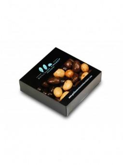 Assortiment d'amandes enrobées de crème de nougat et de chocolat au lait ou blanc et amandes enrobées de chocolat noir